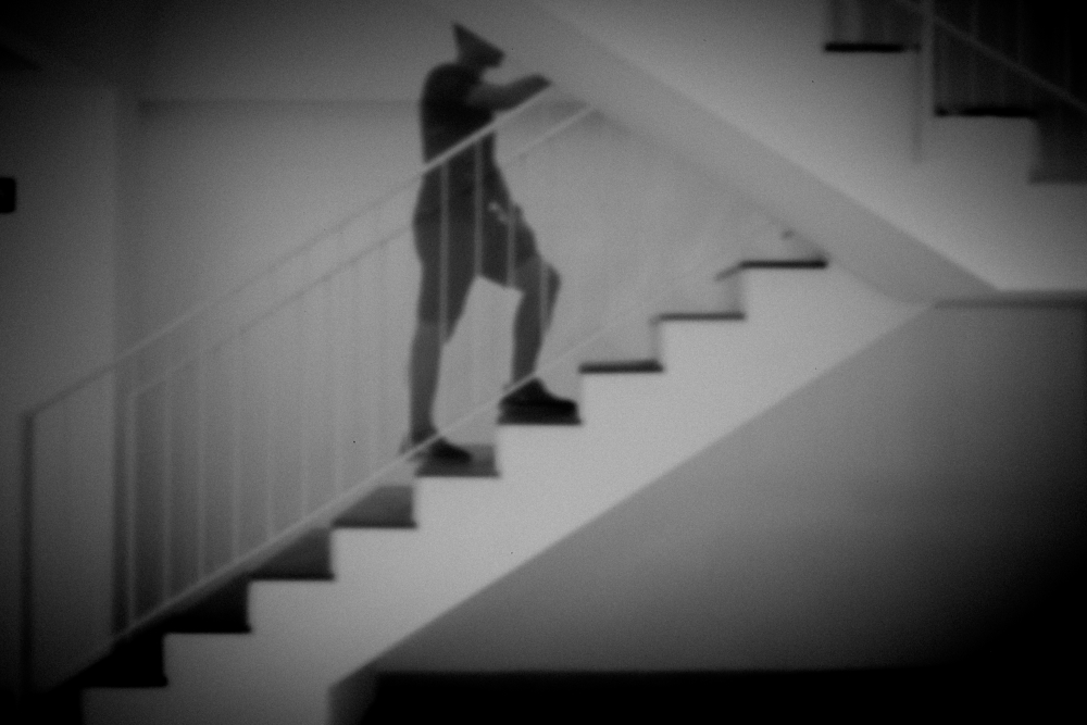 Escaleras con transeunte